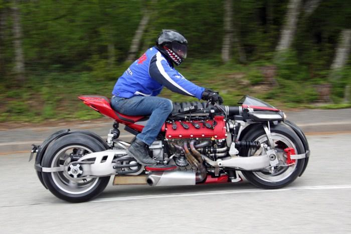 Плотный, компактно сбитый мотоцикл весит 400 кг.