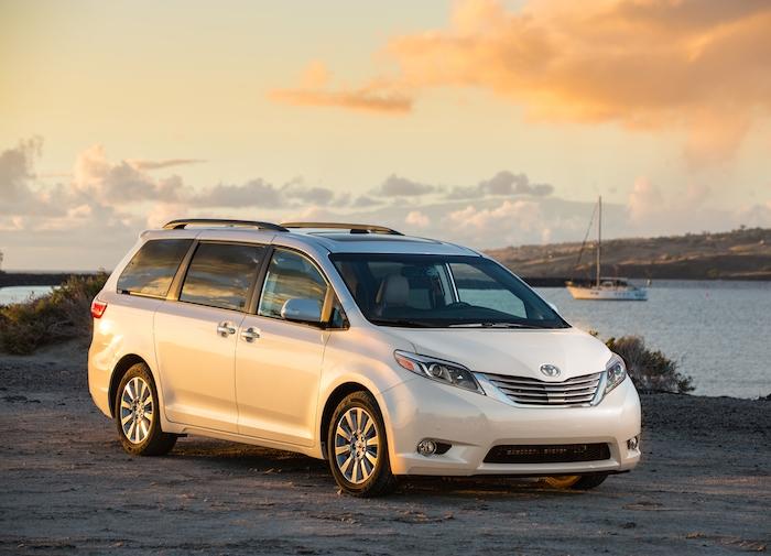 Toyota Sienna популярный японский минивен для всей семьи.