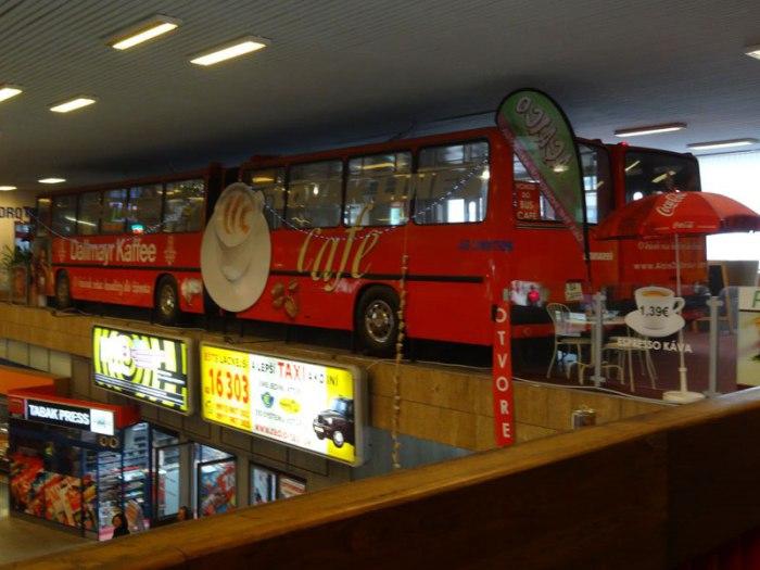 Два красных автобуса пристроились на втором этаже.