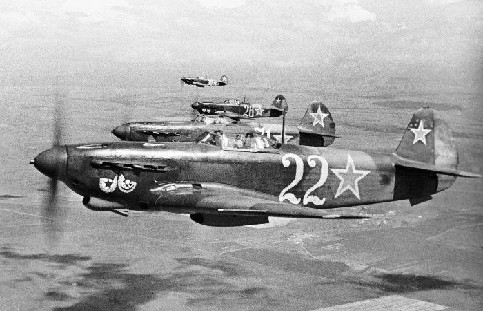 Советские летчики-истребители в небе над Севастополем, 1944 год. | Фото: waralbum.ru.