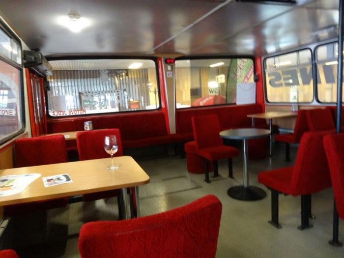 Интерьер необычного автобусного кафе.