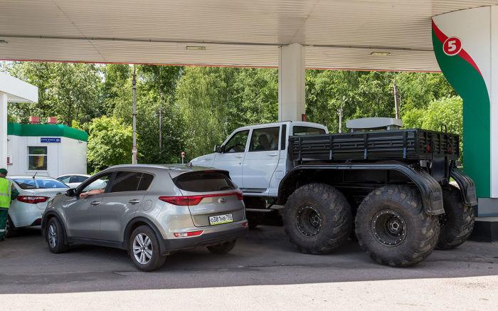 Благодаря огромным колесам «Ямал» T64 буквально возвышается над обычными внедорожниками и кроссоверами. | Фото: zr.ru.