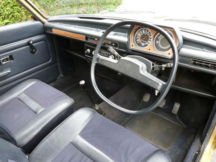 Салон британского Austin Allegro 1500 1974 года.