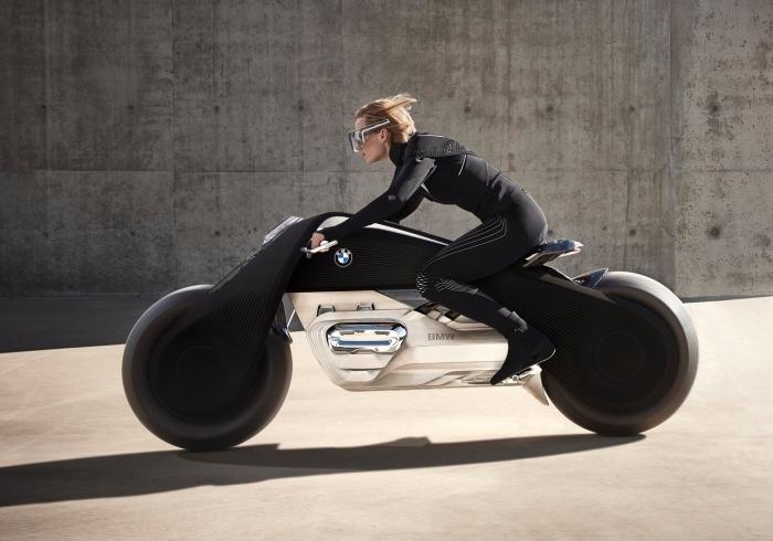 Мотоциклист будущего на BMW Motorrad Vision Next 100.