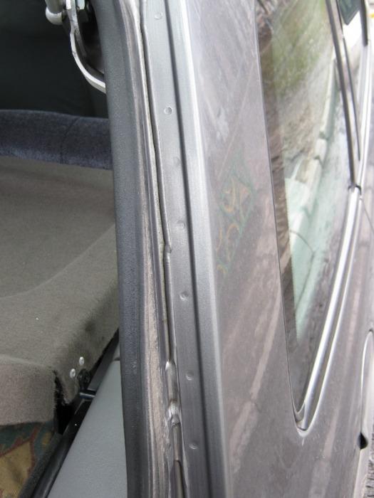 Точки от заводской сварки и герметик, который был кривовато уложен. | Фото: kalina-auto.blogspot.com.