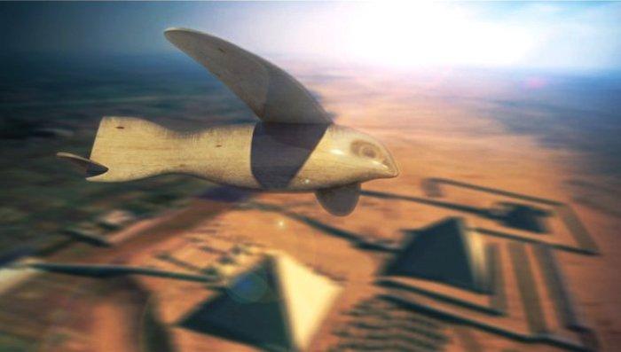 Птица из Саккары - планер над пирамидами.