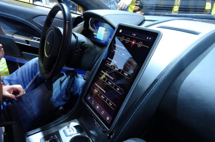 Информационно-развлекательный дисплей на центральной консоли Aston Martin Rapide S.
