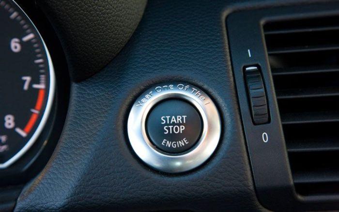 Кнопка запуска двигателя на BMW 135i.