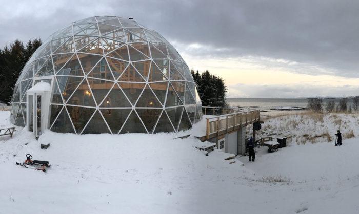 Дом внутри купола, выстроенный за полярным кругом.