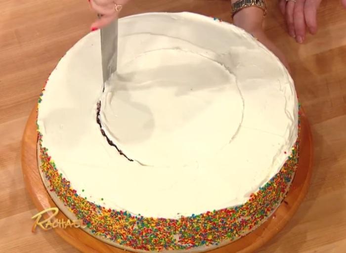 По отпечатку миски торт режется на две части: внутреннюю и наружную. | Фото: youtube.com.