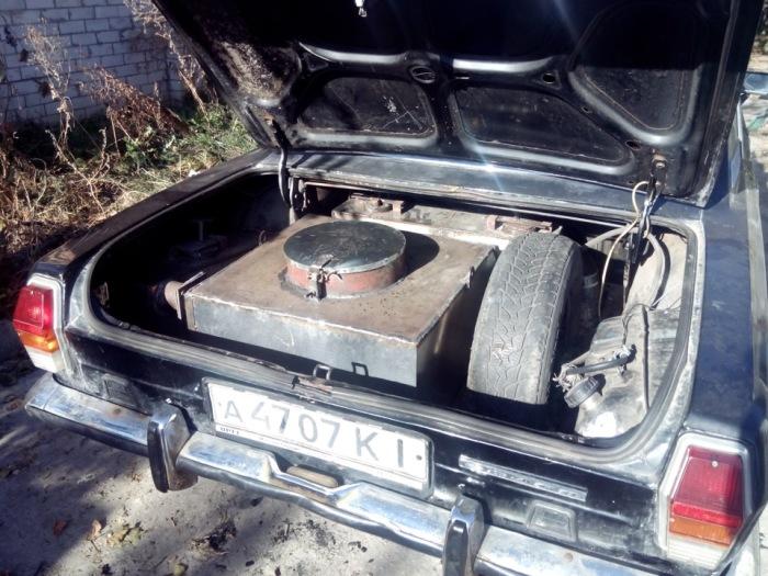 Генератор газа, полностью скрытый в багажнике «Волги». | Фото: drive2.ru.