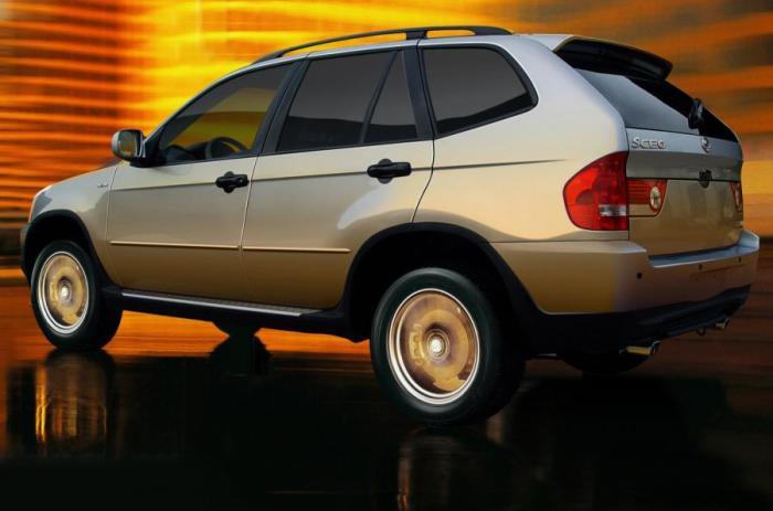 Сбоку и сзади Shuanghuan SCEO не отличить от BMW X5.