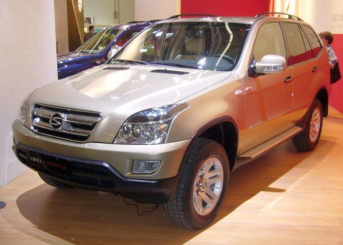 Китайский внедорожник Shuanghuan SCEO спереди напоминает Lexus RX.