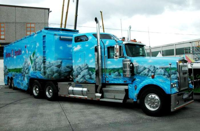 18-колесный грузовик Kenworth с видами природы.