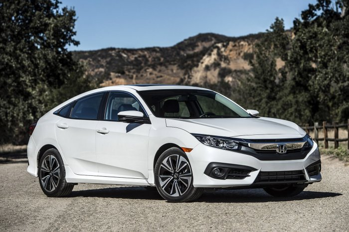 5-дверный хэтчбек Honda Civic цвета «белый перламутр».