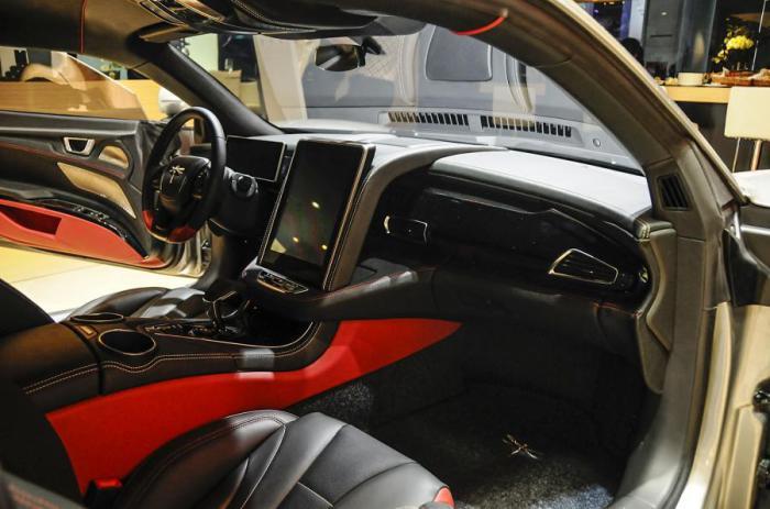 Салон выполнен в черно-красных цветах, традиционных для спортивных авто.
