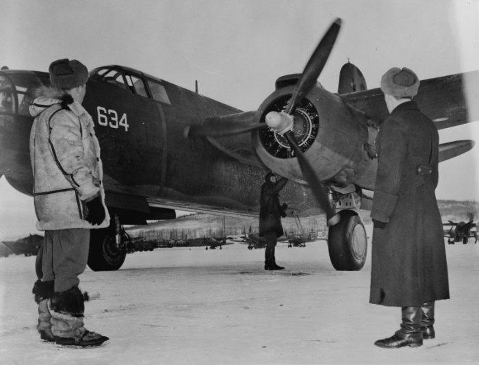 Советские авиаторы принимают бомбардировщик «Бостон». Аэродром Ном, Аляска. | Фото: blog.bnkomi.ru.