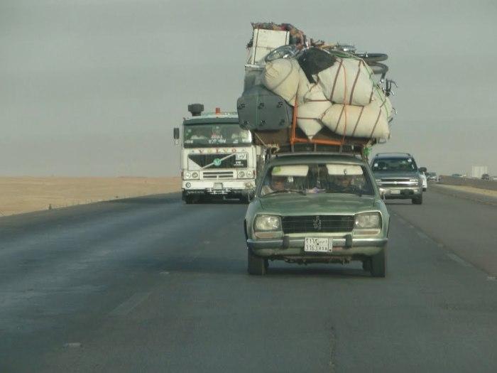 Перегруз автомобиля увеличивает расход топлива и быстро выводит из строя подвеску. | Фото: panoramio.com.