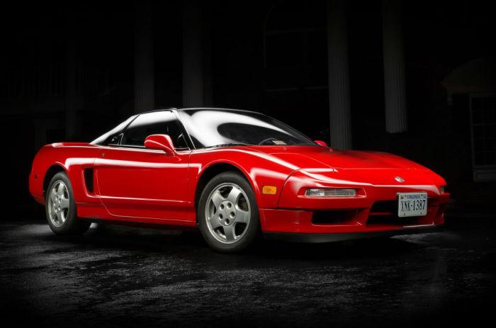 Спортивный автомобиль с гоночными технологиями: впервые применены титановые шатуны и платиновые свечи зажигания.