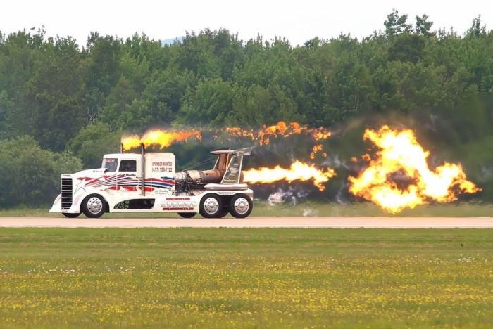 Гоночный грузовик Shockwave на реактивной тяге.