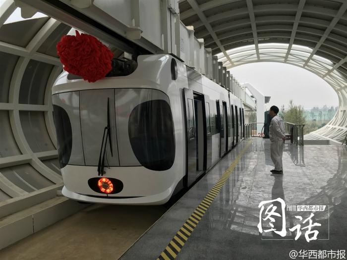 Подвесной поезд Sky Train на посадочной станции.