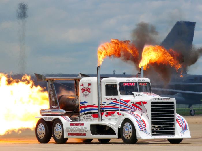 Море огня от шоу-грузовика Shockwave.