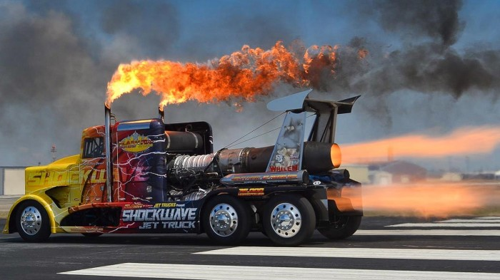 Грузовик Shockwave может разгоняться до 600 км/ч.