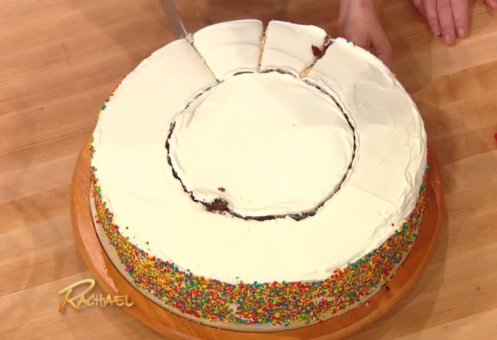 Наружную часть торта нарезают «солнышком» ровными кусочками. | Фото: youtube.com.