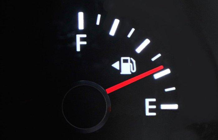 Если бензин в баке стремится к нулю.