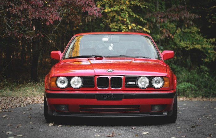Популярный немецкий седан из 1990-х BMW M5 в кузове Е34. | Фото: youtube.com.