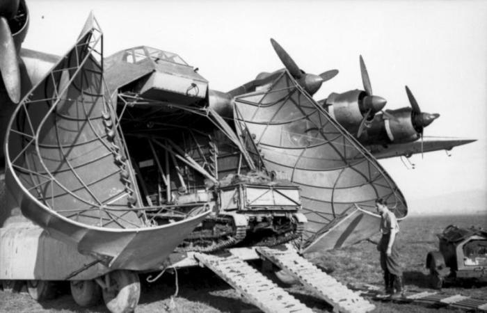 Трофейная французская танкетка Renault UE Chenillette выезжает задним ходом «из нутра» гигантского самолета Messerschmitt Me 323. Тунис, январь 1943 года. | Фото: bild.bundesarchiv.de.