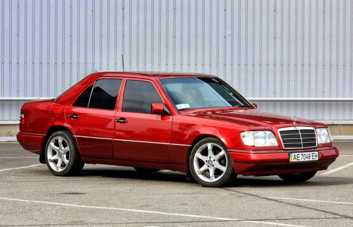 Красный Mercedes-Benz E420 W124. | Фото: benztuning.com.
