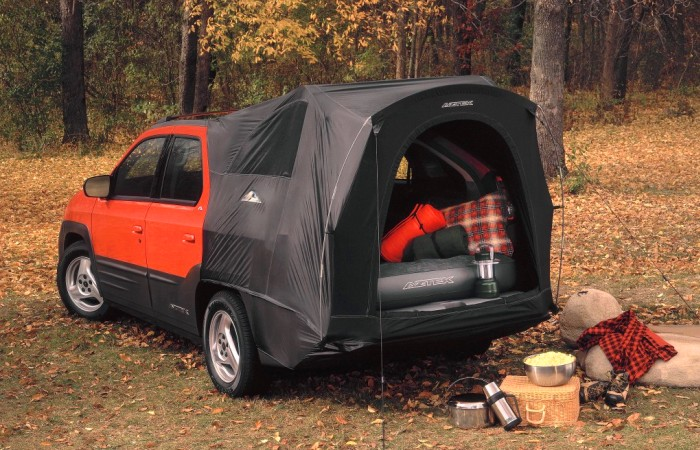 Pontiac Aztek с разложенной палаткой. | Фото: cheatsheet.com.