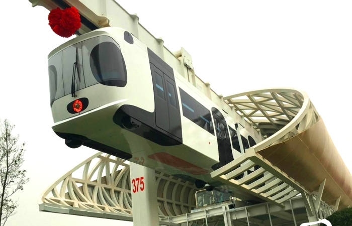 «Небесный поезд» Sky Train, который едет на аккумуляторах.