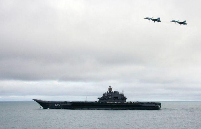 Гордость отечественного флота – палубные истребители Су-27К пролетают над авианосцем.