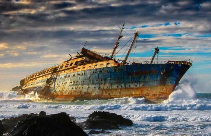 Пассажирский лайнер SS American Star, выброшенный на мель у Канарских островов. | Фото: snapzu.com.