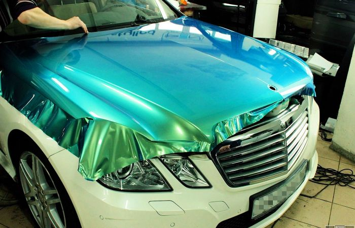 Седан бизнес-класса Mercedes-Benz W212 заклеивают пленкой. | Фото: paisas.us.
