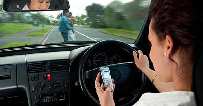 Водителю стоит не писать СМС-ки, а сосредоточиться на управлении машиной. | Фото: shareably.co.