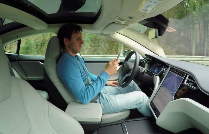 Даже просто держать телефон в руках – дурная привычка для водителя. | Фото: shutterstock.com.