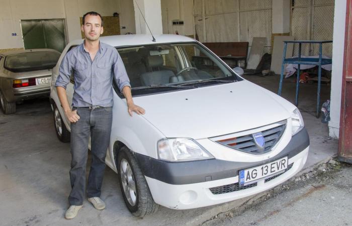 Марк Арени и его детище – электрический Dacia Logan. Фото: motherboard.vice.com.