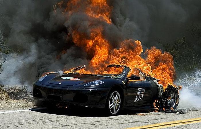 Горящая Ferrari F430 Spider.