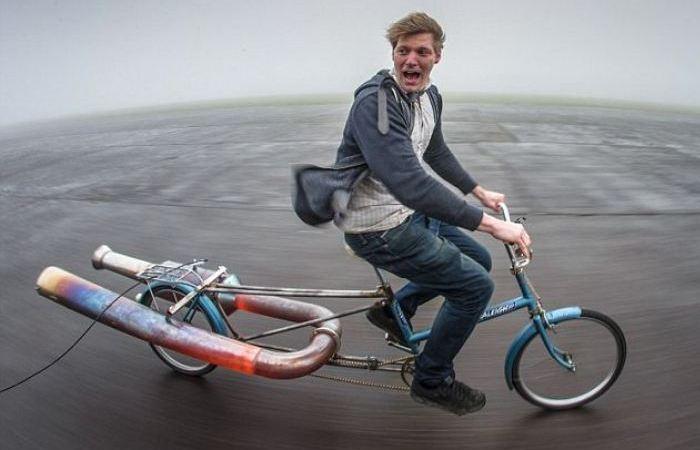 Колин Ферз верхом на реактивном велосипеде. | Фото: odditycentral.com.