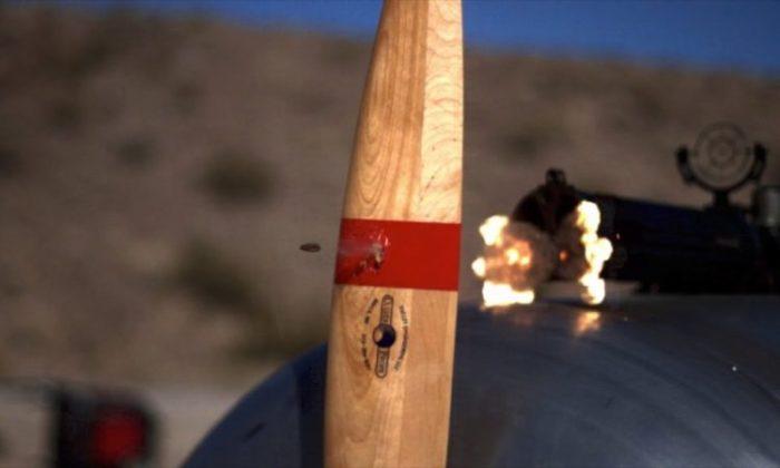 Пуля, выпущенная из авиационного пулемета, простреливает воздушный винт.