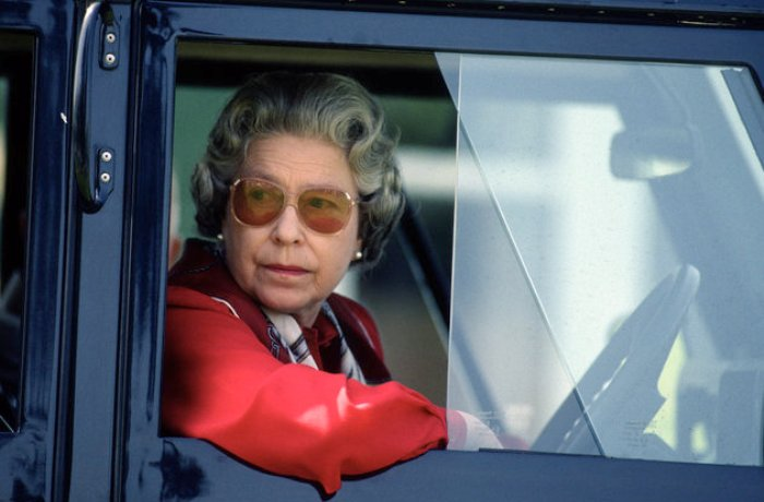 Королева Великобритании Елизавета II за рулем уже 70 лет. | Фото: huffingtonpost.in.