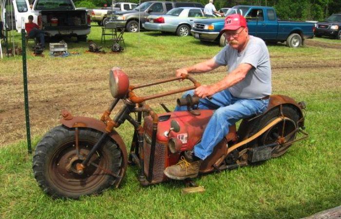Ларри Медвиг за рулем сконструированного трактороцикла. | Фото: popmech.ru.