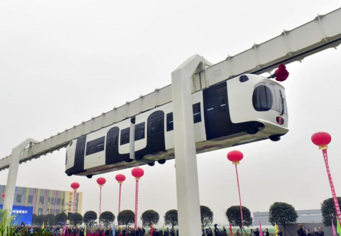 Первый состав Sky Train на эстакаде.