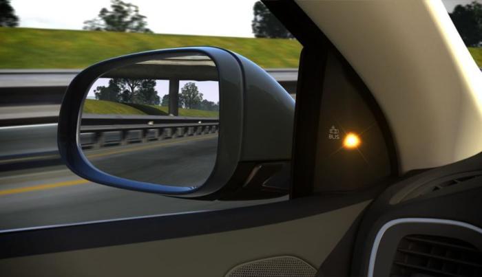 Лампочка в Volvo V40 сообщает водителю о машине в «слепой зоне».