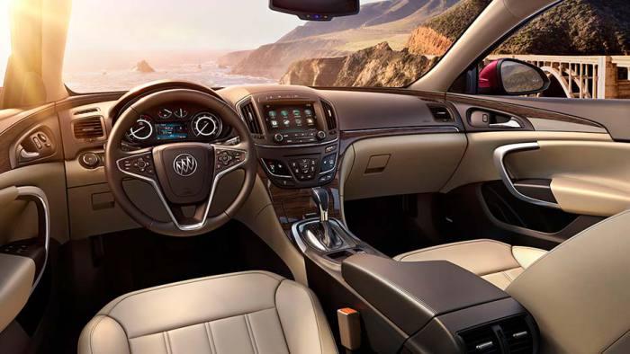 Салон спортивного седана Buick Regal.
