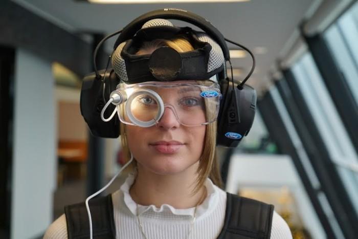 Специальные очки и наушники. | Фото: tjournal.ru.