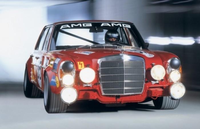 За внешний вид и издаваемый звук автомобиль называли «красной свиньей».